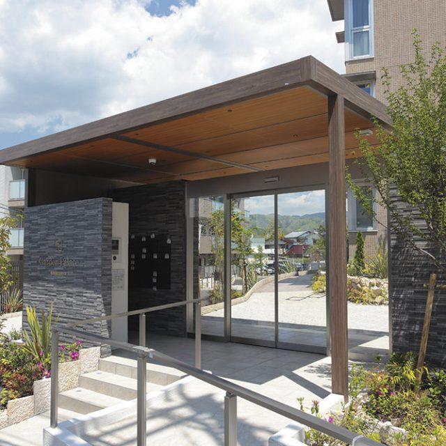 屋根本体、軒天と豊富なカラーから採用。環境と調和したエントランスに