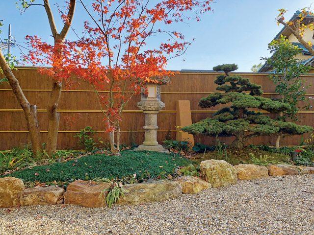 趣のある日本庭園の背景を彩る杉皮のエバーアートボード