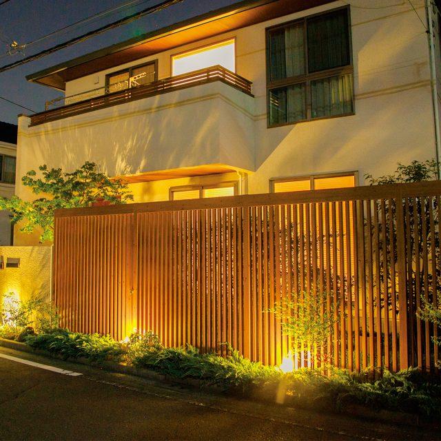 夜間のライトアップでスリットの陰影がきれいに建物と調和します