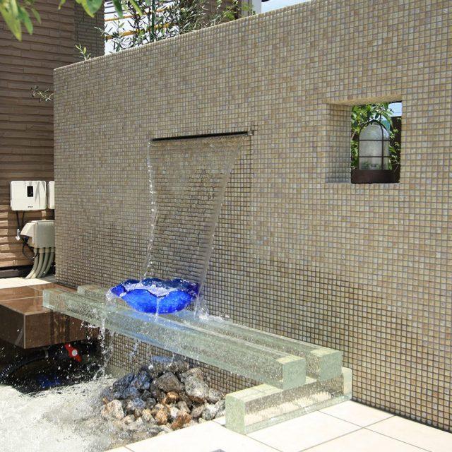 ナイアガラ90を使い、壁泉を演出。水の流れが楽しめます