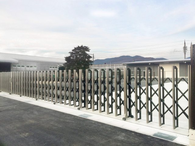最大約40mまで対応可能な大型伸縮門扉(両開きの場合)