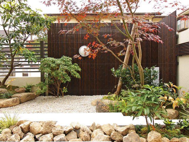 落ち着いた色合いのエコ虎竹で目かくし。和の庭に調和します