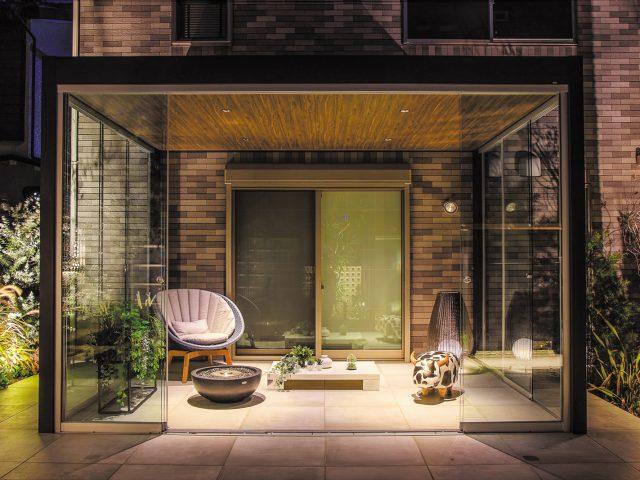 オールグラスポーチの開放的な部屋。お庭にリビングの空間をつくります
